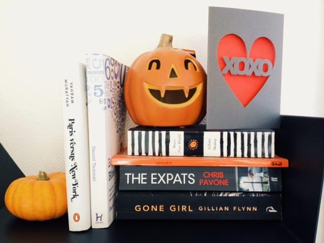 halloween-bookshelf-decor