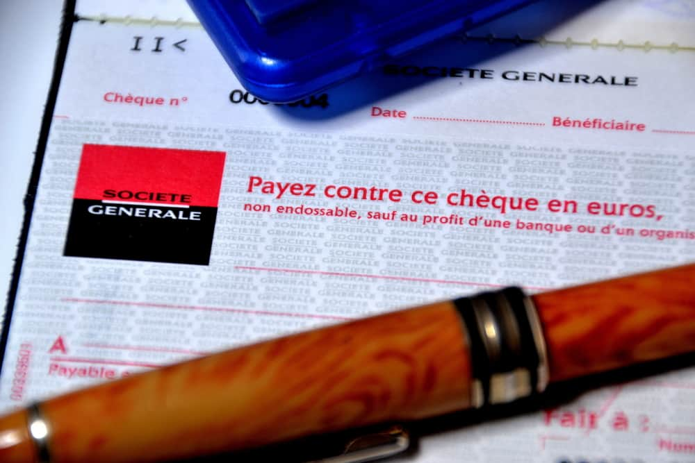 french banking people pay by check